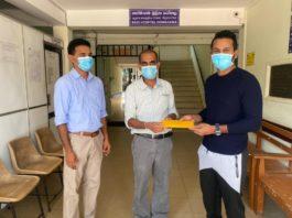 National-Skipper-Dimuth-Karunaratne-hands-over-the-grant-to-Dr.-Janitha-Hettiarachchi-Medical-Superintendent-of-the-Homagama-Base-Hospital